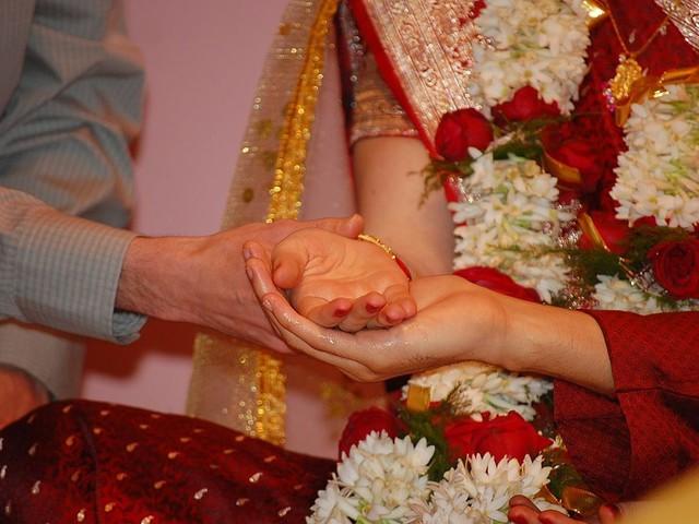 India, danzatrice smette di ballare durante un matrimonio: le sparano in faccia