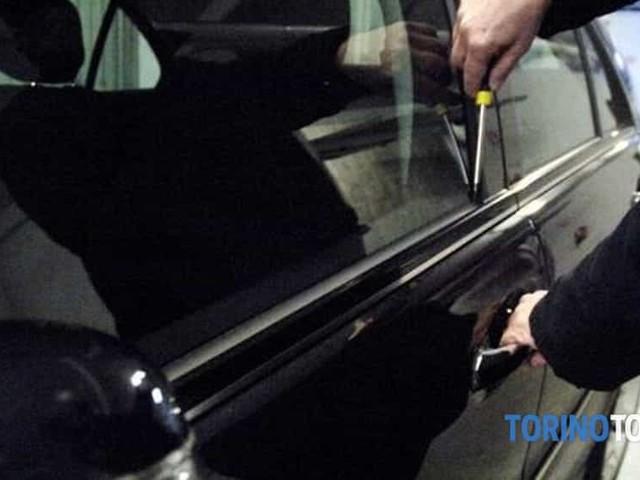 Il poliziotto fuori servizio pizzica il ladro a rubare in un'auto in Torino Aurora: chiama i colleghi e lo fa arrestare
