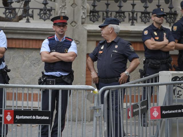 """La polizia catalana contro la procura spagnola: """"Recintare i seggi potrebbe provocare rischi per i cittadini"""""""