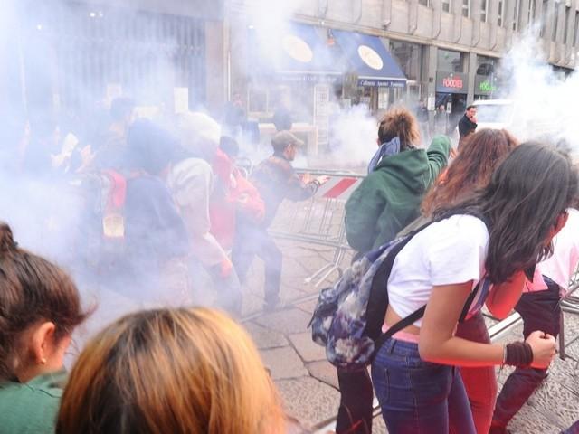 Milano, studenti in piazza contro il governo: uova contro la poliza e bandiere di Lega e M5S bruciate in piazza