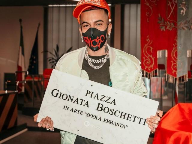 Sfera Ebbasta, la polemica per la piazza a Cinisello. Il sindaco: 'Solo marketing'. Ma…