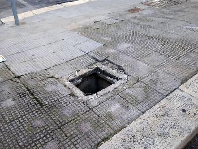 """Mattonelle a pezzi e pozzetto scoperto sul marciapiede: """"A due passi da una scuola, servono interventi"""""""