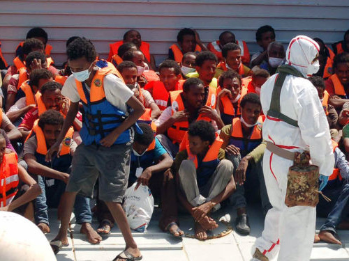 """A Lampedusa non si fermano gli sbarchi, Salvini: """"Per loro non vale il divieto di entrare e uscire"""""""