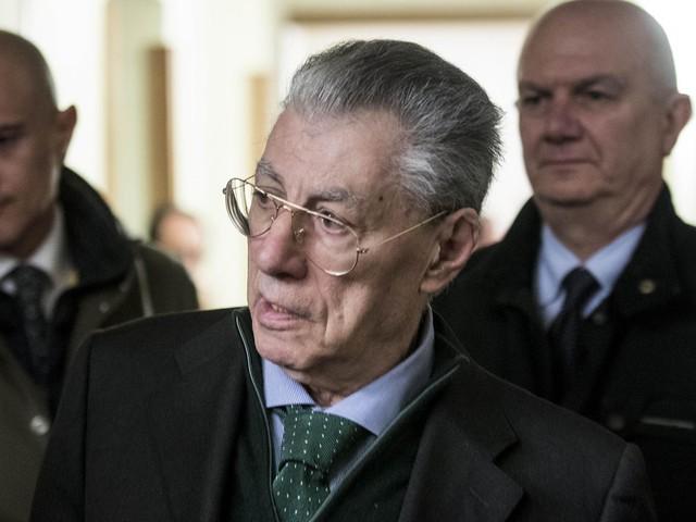 Bossi dimesso dall'ospedale: trasferito in un centro medico di Lugano