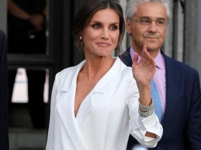 Letizia di Spagna va in bianco con un abito oversize e inciampa in un wardrobe malfunction