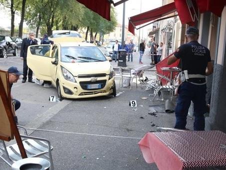 Brescia, auto piomba sui tavolini di un bar: morta una donna
