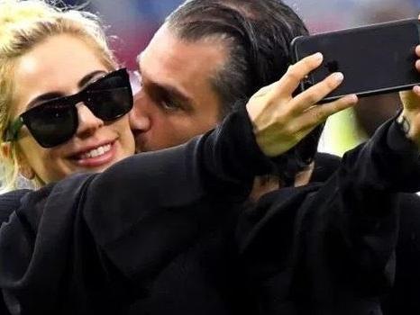 Lady Gaga e Christian Carino sono fidanzati ufficialmente? La verità da un rappresentante della popstar
