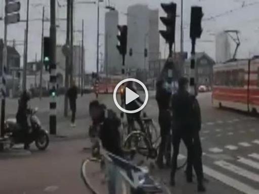 Maltempo in Olanda, il vento è così forte che spazza via una bicicletta