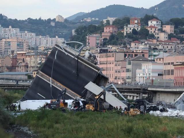 Ponte crollato, Genova sotto choc: 440 gli sfollati. Evacuato un quartiere