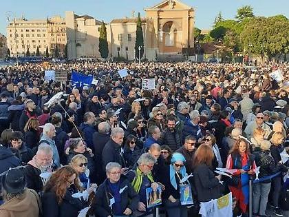 """Sardine a Roma, donna con velo sale sul palco e imita Giorgia Meloni: """"Sono Nibras..."""""""