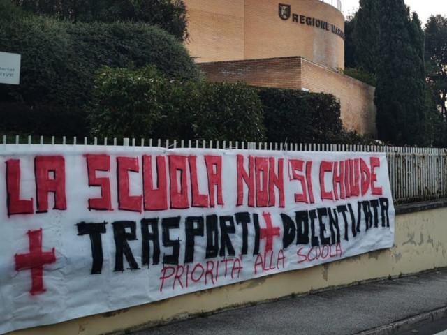 """Priorità alla scuola, flash mob e presidi di protesta in dieci regioni: """"La scuola non si chiude"""""""