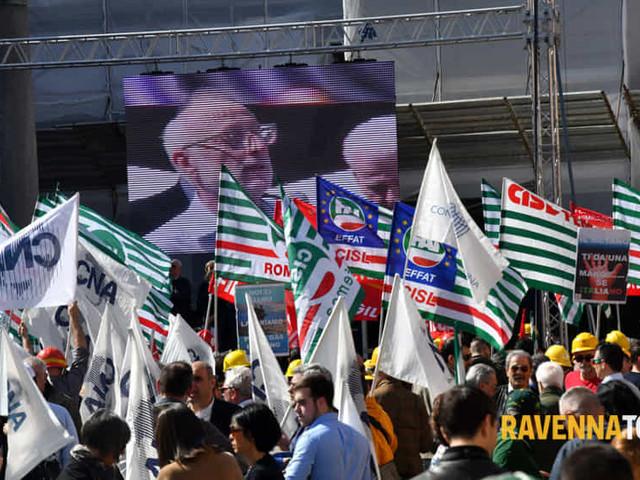 """Manifestazione contro il provvedimento """"blocca trivelle"""": le reazioni politiche"""
