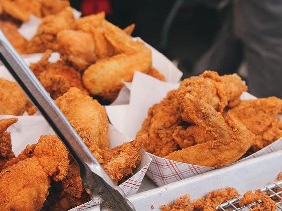 """Compra il pollo già pronto al supermercato e sente una strana puzza: mentre mangia trova il corpo di… """"disgustoso"""""""