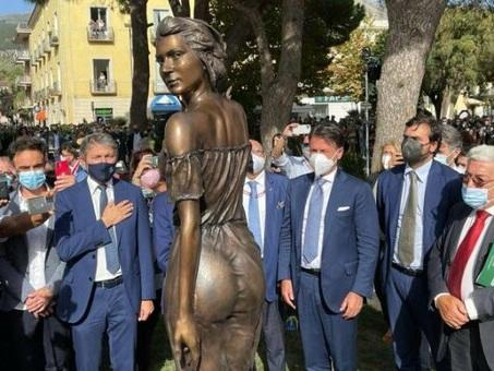 Spigolatrice di Sapri, la statua che scatena le polemiche: «È sessista». «Opera d'arte»