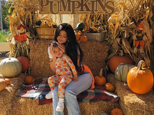 Kylie Jenner a caccia di zucche con Stormi
