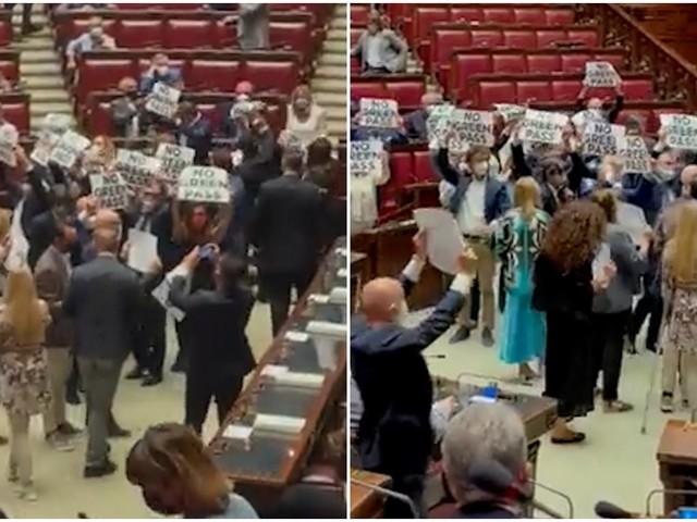 """No Green Pass, Fratelli d'Italia occupa la Camera. La reazione dai banchi del Pd: """"Buffoni, fascisti"""" e """"vergognatevi, la gente muore"""""""