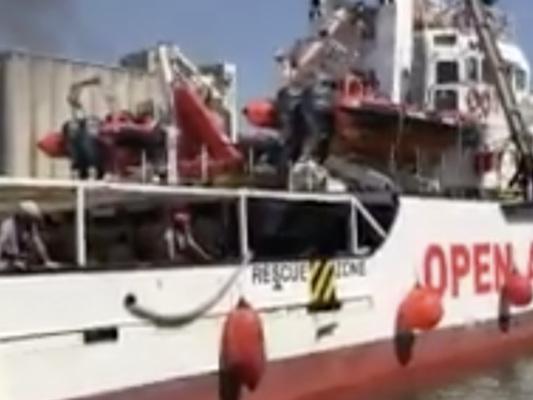 La Procura ha disposto il sequestro della OpenArmse lo sbarco dei migranti