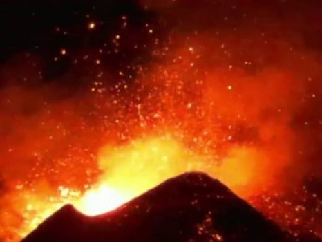 Lava e cenere dal cratere, l'Etna regala un nuovo spettacolo: tutte le foto