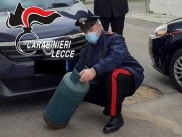 Lecce, marito violento lancia bombola del gas sull'auto della moglie