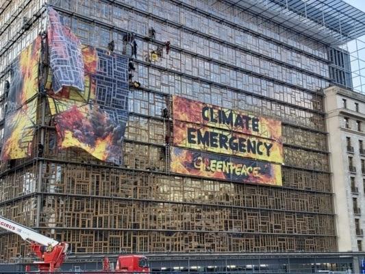Greenpeace 'incendia' il palazzo del consiglio europeo