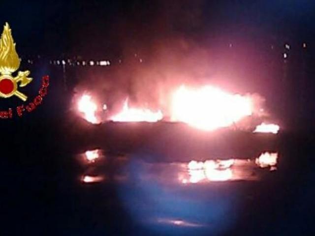 Motoscafo prende fuoco: famiglia si tuffa in acqua per sfuggire alle fiamme