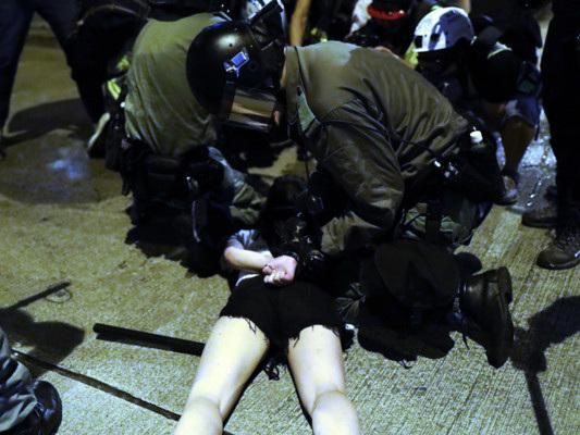 """Hong Kong: la Cina evoca lo stato di emergenza. """"Studente in coma"""""""