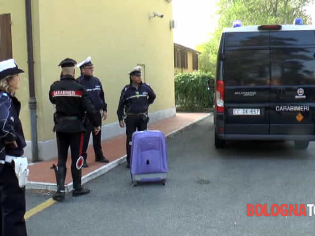 Valigia sospetta in via Battindarno: strada chiusa, artificieri sul posto