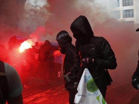 Parigi, black bloc in piazza: scontri e fermi alla manifestazione anti-Macron