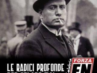 Il tesseramento di Forza Nuova in Calabria con l'immagine di Mussolini e la citazione di Tolkien