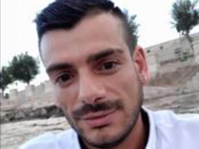 Giuseppe Spinelli: autopsia sul corpo del 34enne di Altamura sgozzato in un b&b in Lombardia Suicidio, dice la collega Marcella Ninni 42enne di Santeramo in Colle che era nella stanza con l'uomo. La ferita alla gola con un vetro rotto ma anche il mistero di una pietra insanguinata