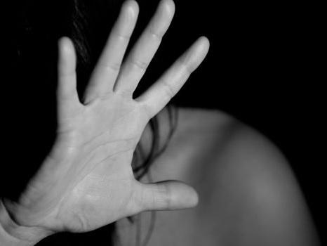 Abusata dal gruppo per 10 anni, 5 arresti in provincia di Cosenza