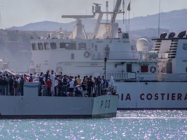 """Arriva un'altra nave quarantena. L'Italia """"scoppia"""" di migranti"""