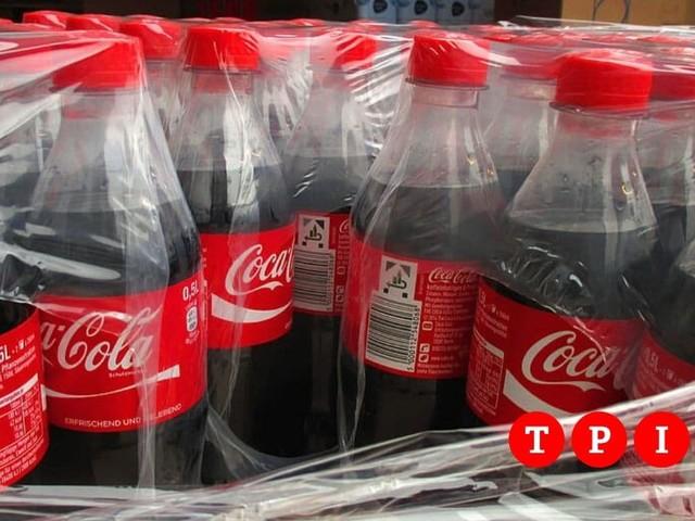 """Coca Cola, il ministero richiama alcuni lotti: """"Possibili corpi estranei nelle bottiglie"""""""
