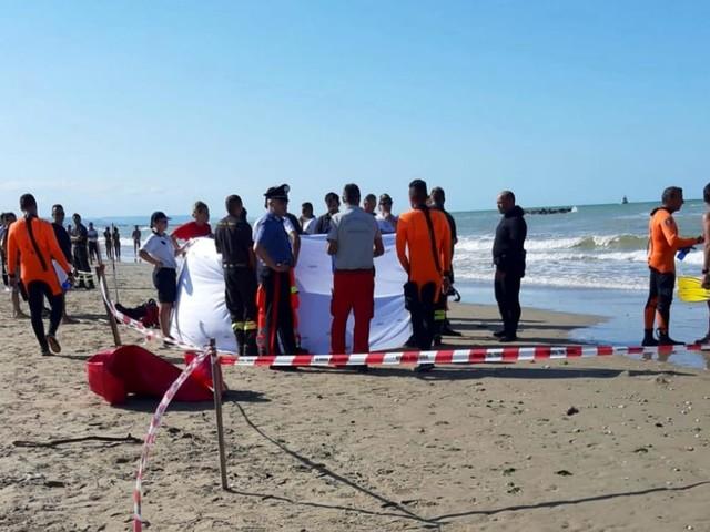 Oggi l'ultimo saluto ai due fratellini morti annegati a Ferragosto. Le salme saranno sepolte al cimitero di Montesilvano