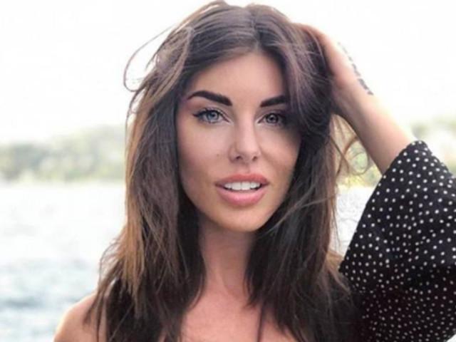 Bianca Atzei Instagram, seducente con le calze a rete: «Una meraviglia!»