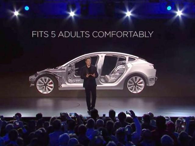 Tesla lancia la Model 3, auto elettrica per il mercato di massa