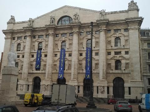 Borsa: Milano apre in rialzo (+0,51%)