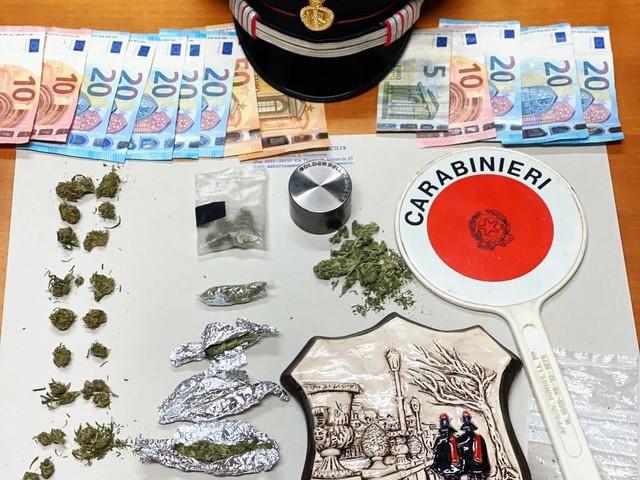 Avevano in tasca 30 dosi di marijuana, arrestati due pusher minorenni