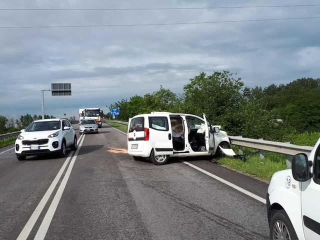 Schianto frontale tra auto e camion Muore una donna