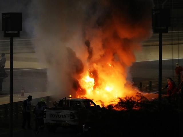 Gp Bahrain, incidente choc al primo giro. A fuoco l'auto di Grosjean