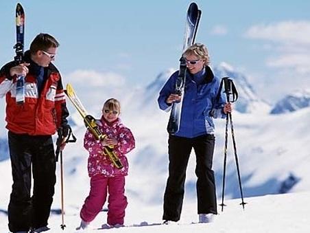 Bambini e lo sci, il pediatra: «Sì fin dai quattro anni, ideali le lezioni di gruppo. No con mamma e papà»