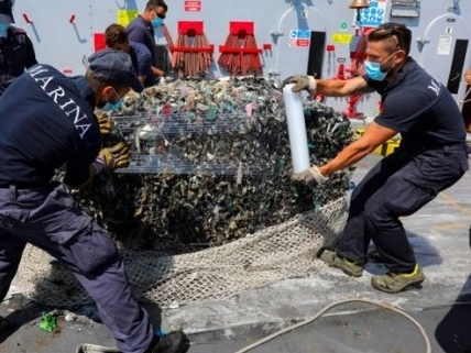 Ecoballe, Piombino annuncia lo stop al recupero: ne resteranno 24 in fondo al mare?