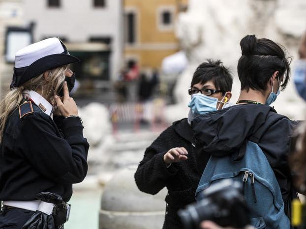 """Stretta anti-covid: il governo esclude """"coprifuoco"""" nei bar Sì alle mascherine all'aperto"""