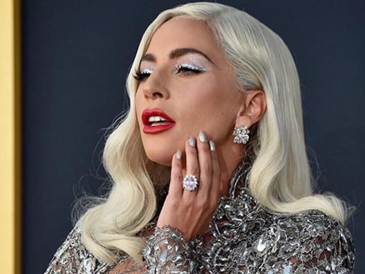 Lady Gaga, il makeup da quarantena è pink