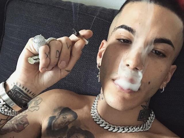 Sfera Ebbasta indagato per istigazione all'uso e spaccio di sostanze stupefacenti