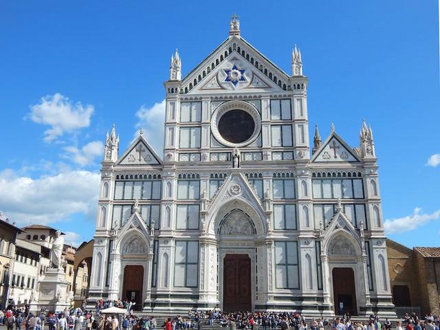 Un turista è morto nella basilica di Santa Croce a Firenze, colpito da un pezzo di pietra caduto dal soffitto