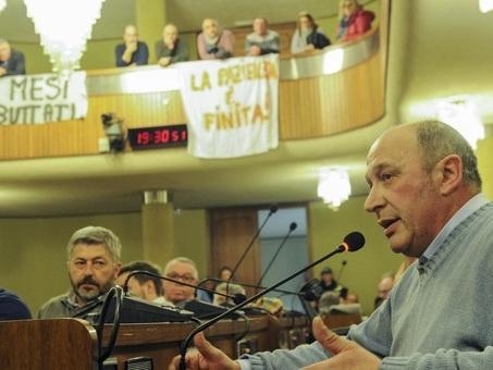 I residenti di Cantonazzo invadono il municipio: ?Ostaggi in casa da mesi?