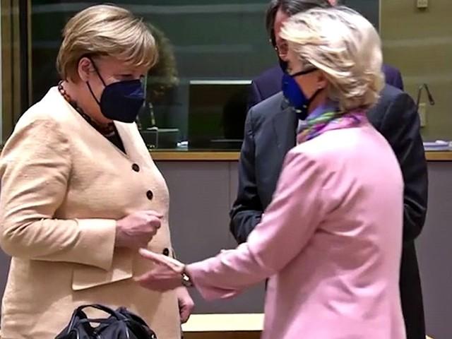 Merkel, nessuna trasgressione delle nome anticovid: ecco come reagisce al saluto della presidente Von der Leyen