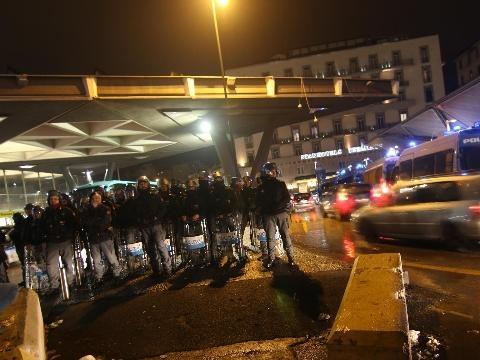 Scontri, feriti 5 uomini forze ordine