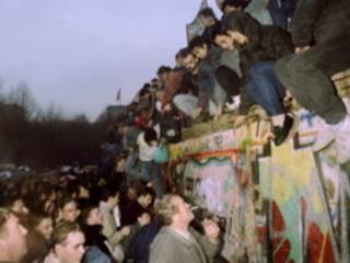 Il Muro è caduto: storie da una città divisa nelle testimonianze di chi, attraversando il confine della libertà, ha trovato anche l'amore...